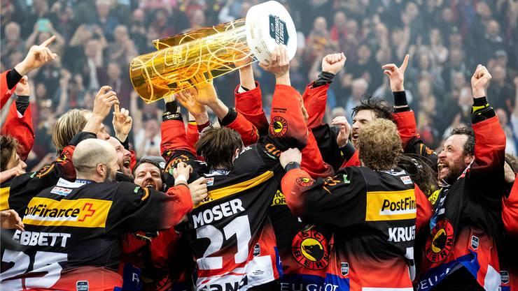 Der Jubel des verdienten Schweizer Meister: Berns Captain Simon Moser stemmt den Pokal in die Höhe.