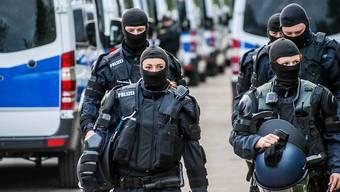 Aus einem grossen Mietshaus in der Potsdamer Strasse führte die Polizei nach Informationen der Nachrichtenagentur DPA zwei Brüder ab. (Symbolbild)