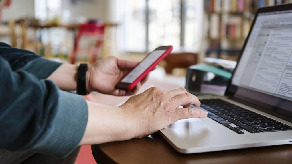 Insbesondere bei Smartphones und Laptops würden oft Garantieleistungen verweigert, sagen die Konsumentenschützer - worauf die Verbraucher den «unmöglichen Beweis erbringen» müssten, dass die Defekte bereits beim Kauf bestanden hätten. (Symbolbild)