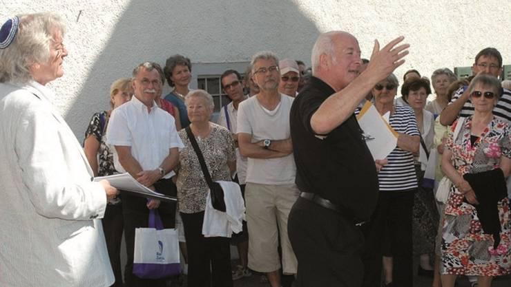 Roy Oppenheim erklärt die jüdischen Stätten im Surbtal.