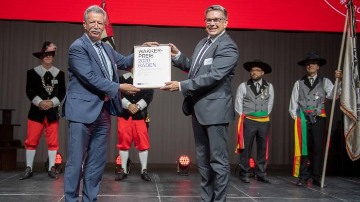 Festakt im Corona-Seuchenjahr: Martin Kilias, Präsident des Schweizer Heimatschutzes, überreicht Badens Stadtammann Markus Schneider den Wakkerpreis.