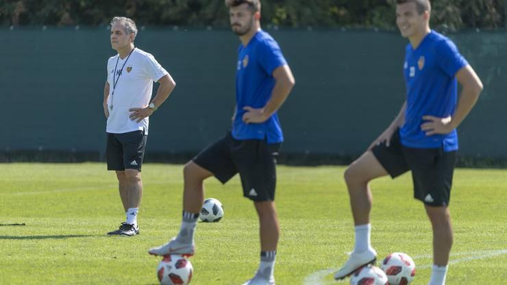 Marcel Koller, der neue Trainer des FC Basel 1893, links, bei einem Training mit der Mannschaft.