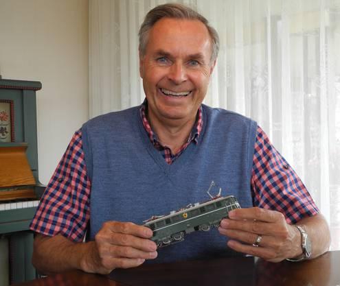 Andreas Häni mit seinem Lieblingsmodell, der berühmten Gotthard-Lokomotive Ae 6/6.