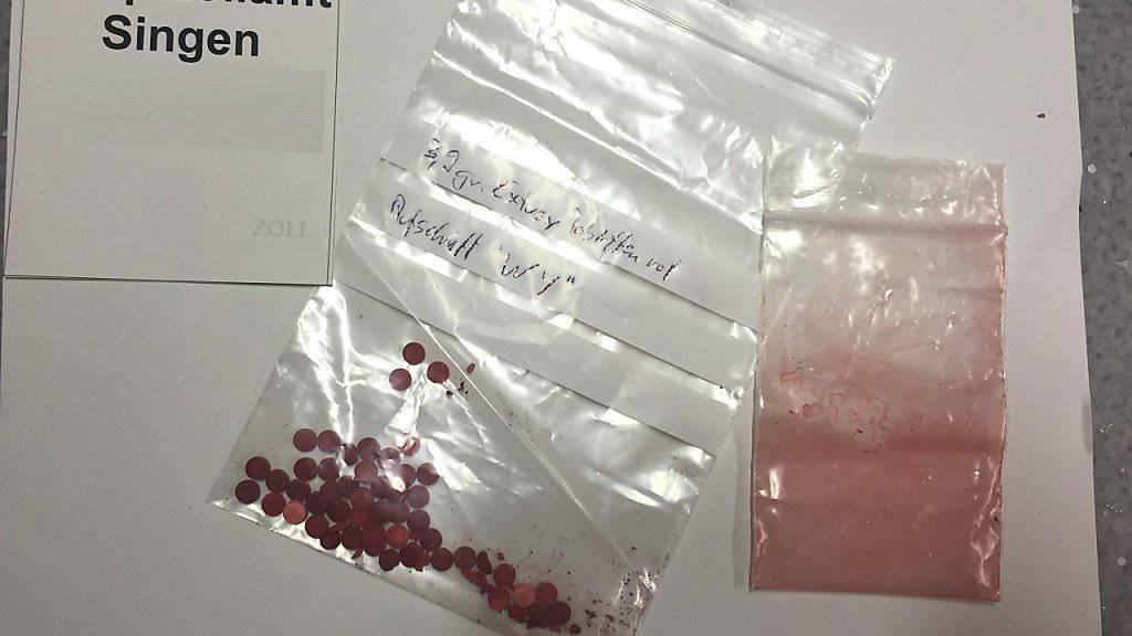 Das Hauptzollamt Singen hat einen Mann festgenommen, der unter anderem Ecstasy-Tabletten nach Deutschland schmuggeln wollte.