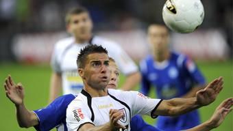 Samel Sabanovic vom FC Aarau, vorne, und Saulo Decarli vom FC Locarno.