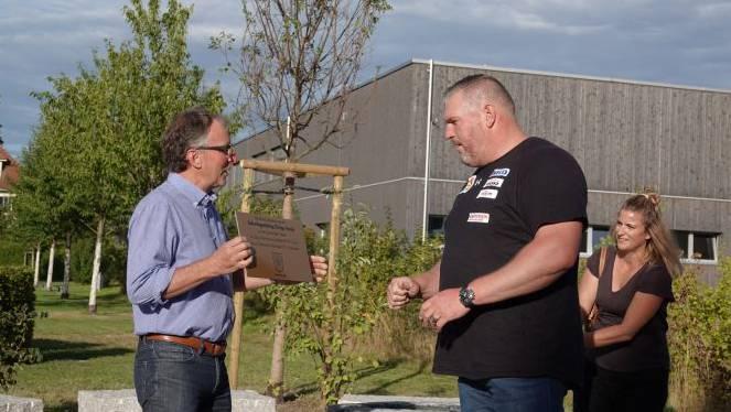 Gemeindepräsident Andreas Hegg zusammen mit Chrigu Stucki bei der Einweihung des Brunnens.