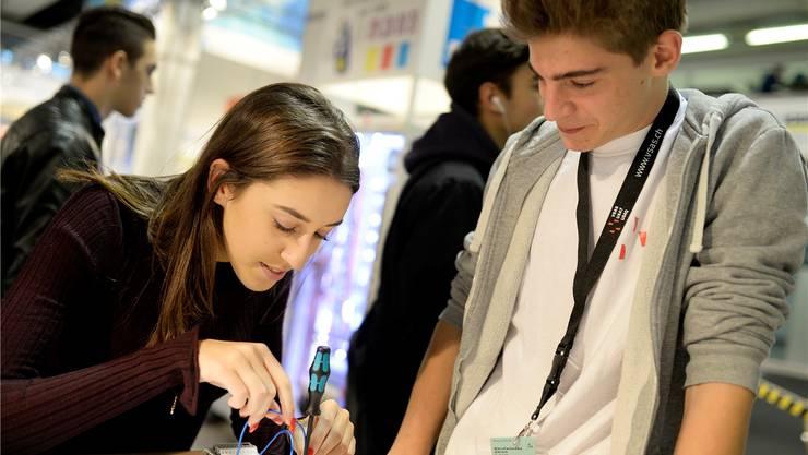 Jugendliche können sich an der Berufsmesse Zürich über Ausbildungsmöglichkeiten informieren und verschiedene Berufe schnuppern. (Archivbild)