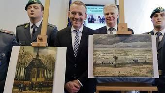 Der Direktor des Amsterdamer Van Gogh Museums, Alex Rüger, zwischen den beiden geraubten und wiedergefundenen Gemälden von Vincent van Gogh.