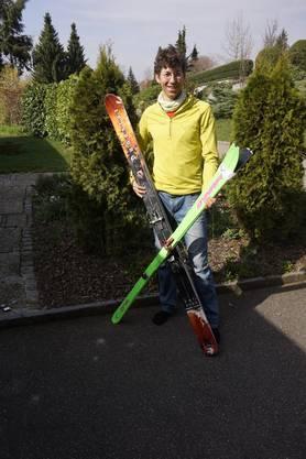 Der grüne Ski ist das Sport-Skitourenmodell von Fabian Umbricht, der breitere ist sein Freizeit-Ski für Touren.