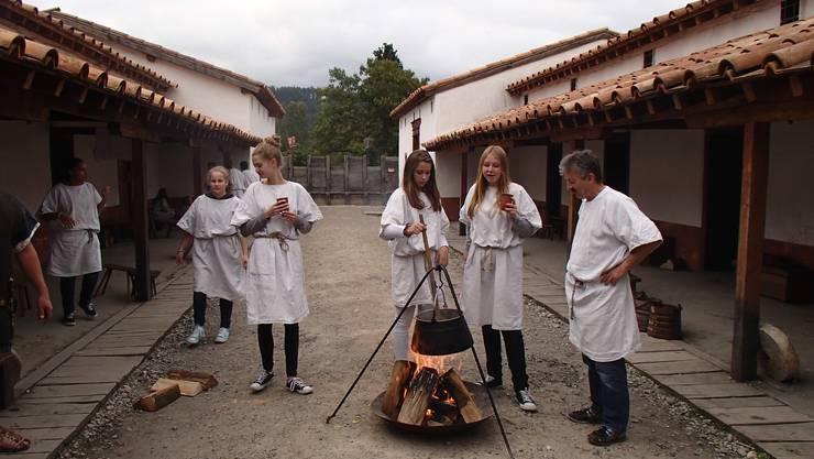 Peter Nef kocht mit seinen SchülerInnen das Abendessen