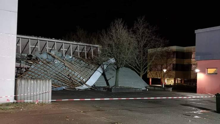 In Windisch haben die heftigen Sturmböen das Blechdach der Dohlenzelg-Turnhalle aus ihrer Verankerung gerissen ...
