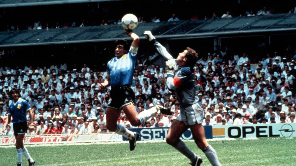 Weil Diego Maradona den Ball mit der Hand spielt, kommt Englands Torhüter Peter Shilton zu spät und Argentinien geht 1986 im WM-Viertelfinal mit 1:0 in Führung.