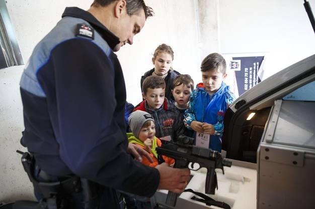 Im Kofferraum des Polizeiautos werden auch Waffen transportiert