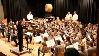Die Musikgesellschaft Konkordia Wolfwil unter der Leitung von Johanna Begert.
