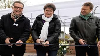 Christoph Müller, Verwaltungsratspräsident der Alfred Müller AG, Gemeinderätin Milly Stöckli sowie Landschaftsarchitekt Felix Naef bei der Einweihung der renaturierten Bünz in der Wohnüberbauung Bünz-Park in Muri. ZVG