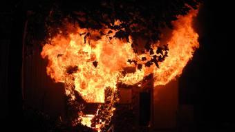 Ein Gebäude nahe dem Stadtpark fing am frühen Freitagmorgen an zu brennen. Die Kantonspolizei Zürich vermutet Brandstiftung.