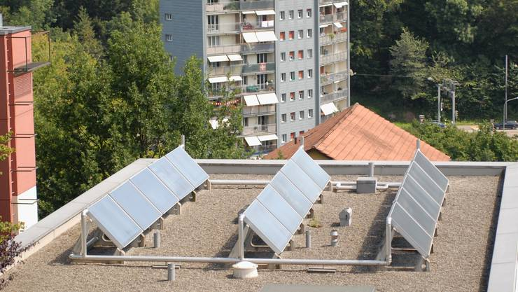 Gehören bereits zum Stadtbild: Sonnenkollektoren, hier fotografiert in Baden. (Walter Schwager)