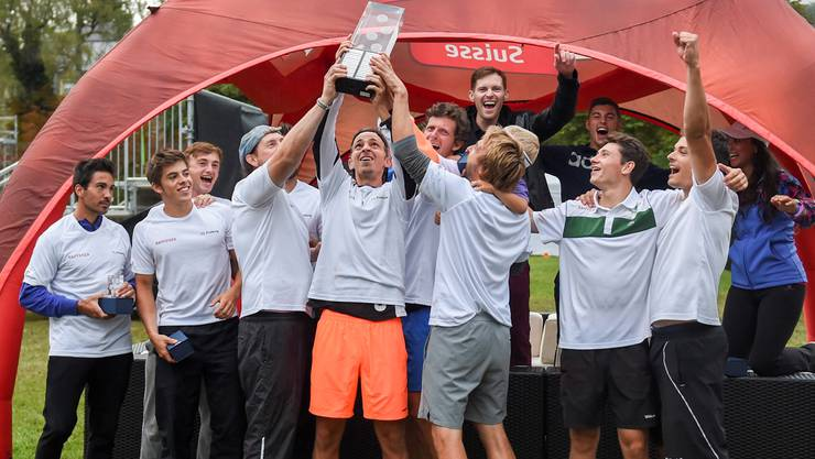 Das Team des TC Froburg Trimbach feiert den erstmaligen Gewinn der Interclub-Trophäe der höchsten Spielklasse.
