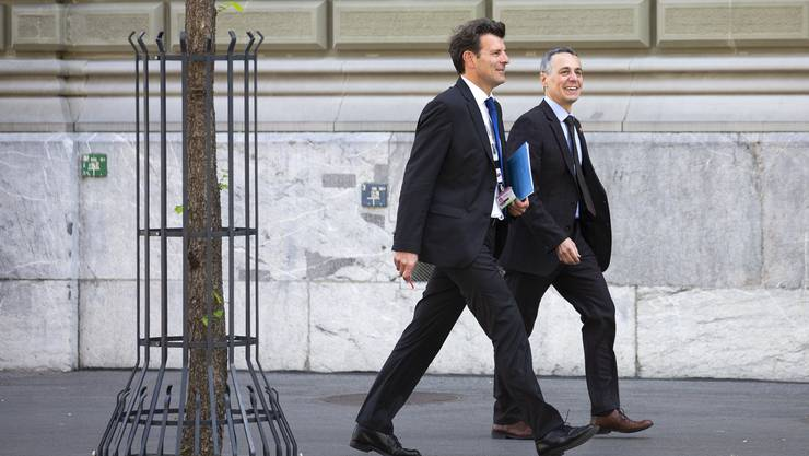 Beschwingt und unter Druck: Roberto Balzaretti (links) mit Bundesrat Ignazio Cassis.