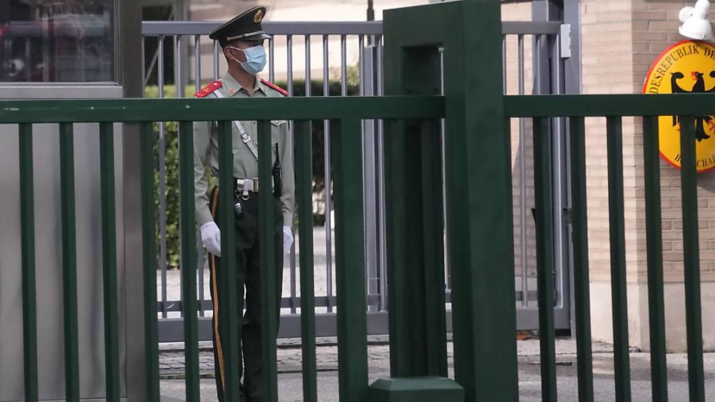 Ein paramilitärischer Polizist steht Wache vor der deutschen Botschaft in Peking. Kurz nach dem Antritt seines Postens in Peking ist der neue deutsche Botschafter in China, Jan Hecker, überraschend gestorben. Chinas Regierung hat ihr Beileid ausgesprochen. Foto: Ng Han Guan/AP/dpa