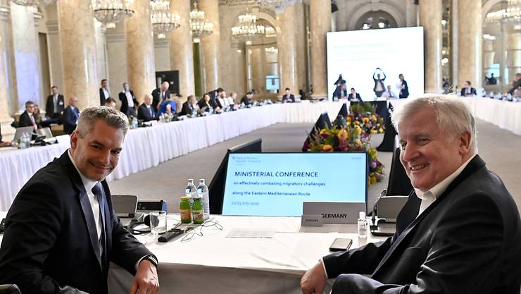 Karl Nehammer (l, ÖVP), Innenminister von Österreich, und Horst Seehofer (CDU), Bundesinnenminister, sitzen bei der «Ministerkonferenz zur Bekämpfung illegaler Migration an den östlichen Mittelmeerrouten». Zur Bekämpfung illegaler Migration vor allem entlang der Balkanroute haben sich Innenminister aus Deutschland, Österreich und anderer Staaten am Mittwoch in Wien getroffen. Bei der Konferenz, die am Donnerstag fortgesetzt werden soll, wollen sie Möglichkeiten einer vertieften Zusammenarbeit ausloten. Foto: Herbert Neubauer/APA/dpa