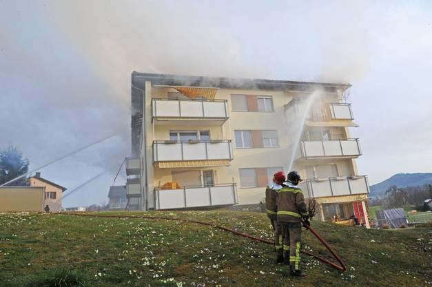 Die Feuerwehr kann das Feuer unter Kontrolle bringen