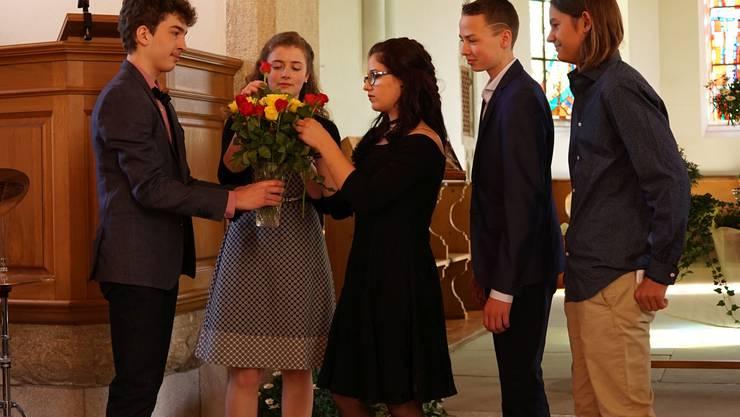 Die Bözberger Konfirmandinnen und Konfirmanden bedankten sich im Rahmen ihres Konfirmationsgottesdienstes mit Rosen bei ihren Eltern. (Foto: Thomas Hochuli)