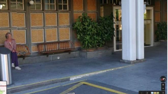 Der Haupteingang des Universitätsspitals Zürich:Google zeigt unverpixelt ein Person. Wir zeigen sie verpixelt. Foto: Google