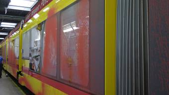BLT-Tram mit Farbe bespritzt