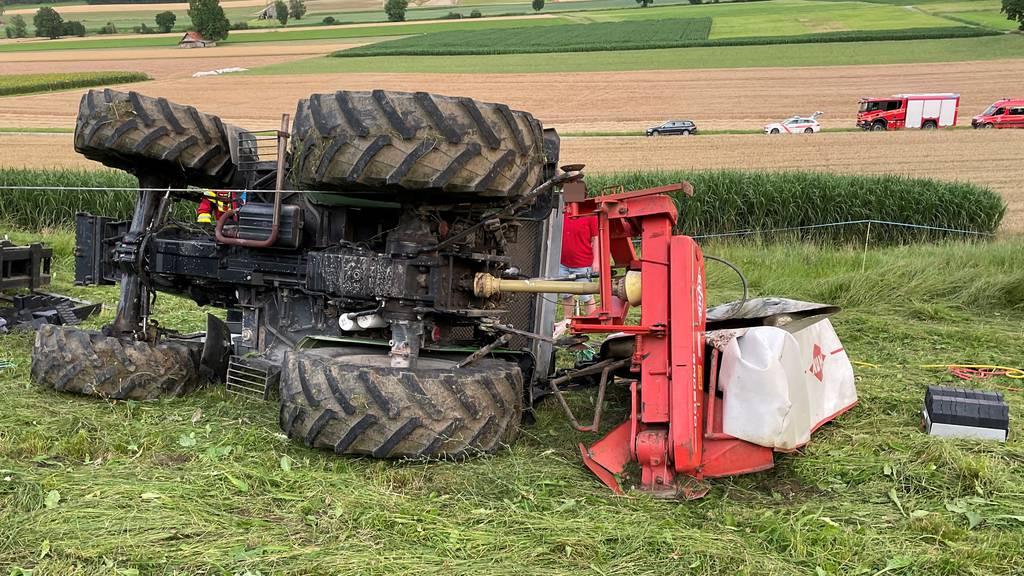 Mann wird unter Traktor eingeklemmt und schwer verletzt