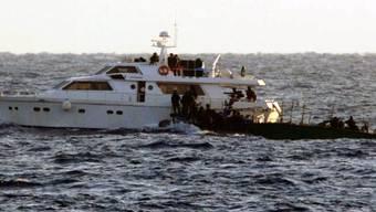 Die israelische Armee (kleines Boot) stoppte die zwei Yachten der Aktivisten (Archiv)