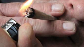 ARCHIV - Ein Mann raucht eine Cannabis-Zigarette. Foto: picture alliance / Karl-Josef Hildenbrand/dpa