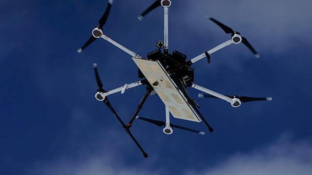 Das von WSL-Forschern entwickelte Radiometer lässt sich auf eine Drohne schnallen und spürt im Flug Wasser tief im Boden, Schnee und Eis auf. (Pressebild)