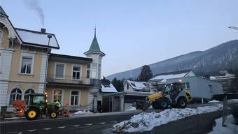 Der Werkhof räumt am Schmelzirain Schnee vom Strassenrand weg. zvg