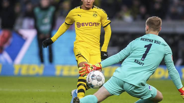 Hier bringt Jadon Sancho die Dortmunder gegen Herthas Goalie Thomas Kraft früh in Führung