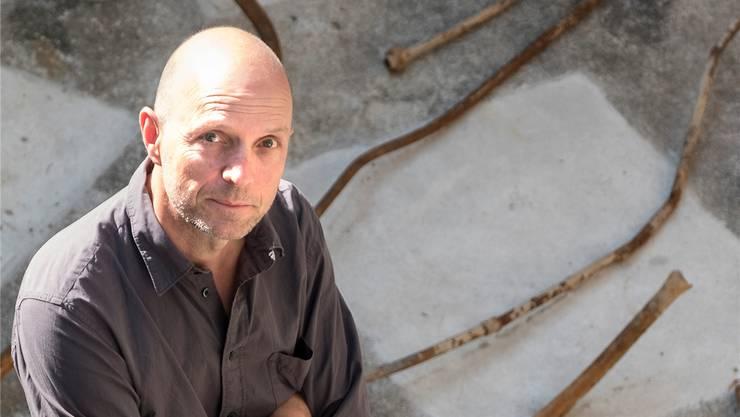 Der Künstler Eric Hattan, Träger des Basler Kunstpreises 2016, in seinem Atelier in Basel.