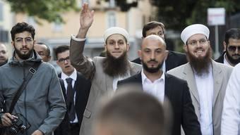 IZRS-Präsident Nicolas Blancho (rechts), der Medienverantwortliche Qaasim Illi (Mitte) und Kulturproduzent Naim Cherni (links) vor Prozessbeginn am Bundesstrafgericht in Bellinzona.
