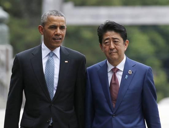 Obama und Japans Premier Shinzo Abe auf der Ujibashi Brücke in Ise.