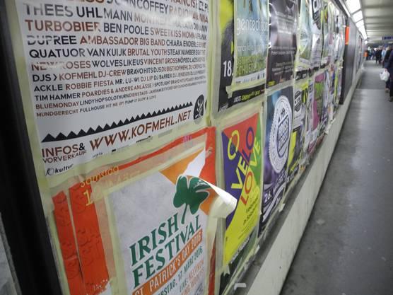 Am Hauptbahnhof Solothurn gibt es viele Plakate.