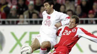 Hakan Sükür (links) 2005 in einem Länderspiel gegen die Schweiz im Kampf mit Patrick Müller