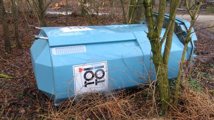 Bei der Wasserversorgung stellte die Polizei fest, dass ein 'Toi-Toi-WC' umgefahren wurde.
