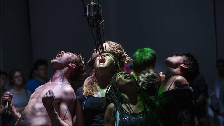 Auch das Junge Theater Basel ist von den Sparmassnahmen betroffen. Hier brüllen Spieler und Spielerinnen aus der neuen Produktion «Noise» an den Wiener Festwochen.