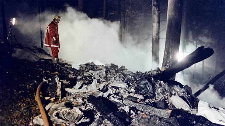 Bergungsarbeiten am Abend des 14. Novembers 1990: Die Alitalia-Maschine stürzte am Stadlerberg ab.