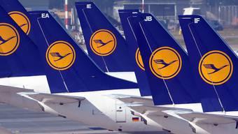 Flugzeuge, die in der Luft sein sollten, stehen wegen des Streiks auf dem Boden.