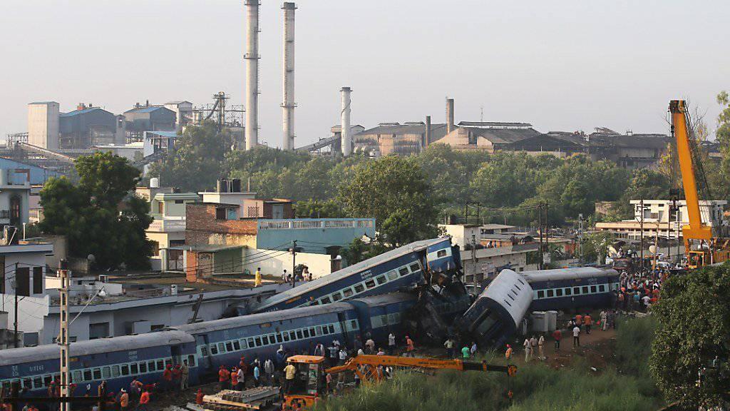 Bei dem Zugunglück in Indien entgleisen 14 Wagen und krachten zum Teil in nahegelegene Häuser. Mindestens 23 Menschen starben.