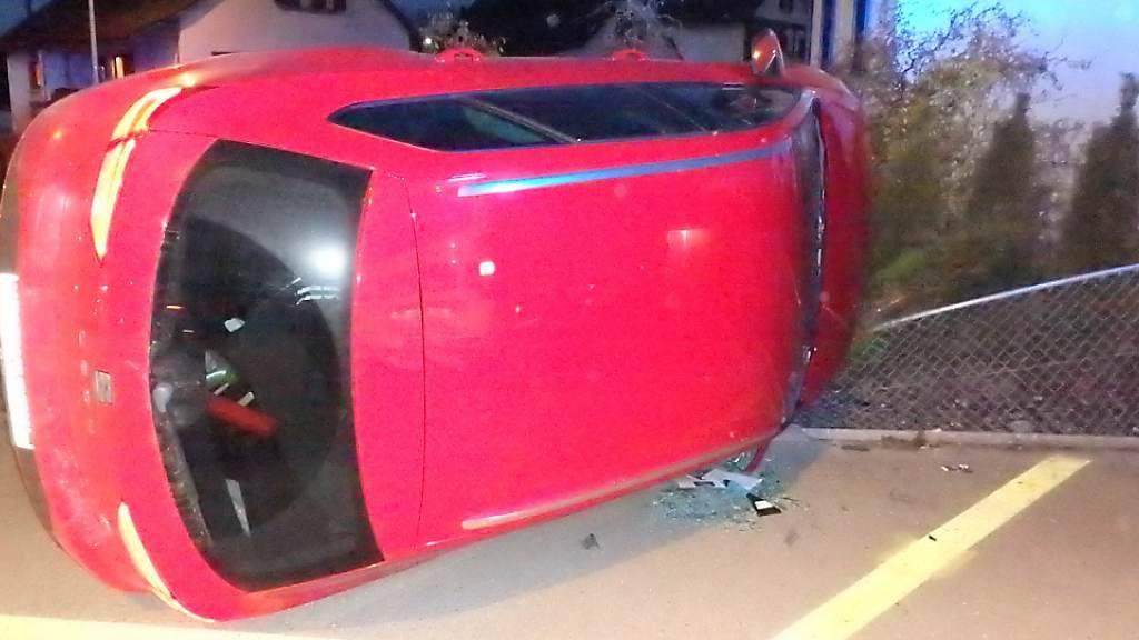Weil der Lenker einschlief, landete ein Auto in Gränichen AG auf der Seite an einem Gartenhag.