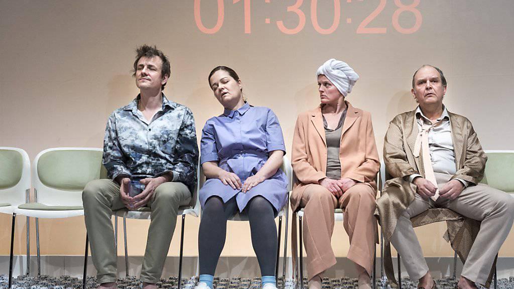 """Herwig Ursin, Silke Geertz, Marianne Hamre, Ingo Ospelt (von links nach rechts) spielen im Stück """"Zersplittert"""" von Alexandra Badea vier Angestellte in einem globalisierten Unternehmen. Schweizer Premiere war am Mittwoch im Theater Tuchlaube in Aarau."""