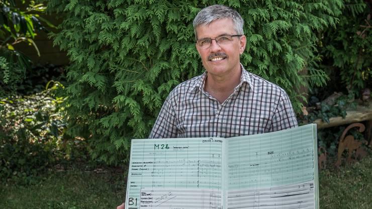 Der Musikverantwortliche Antonio Mestre mit den Originalnoten von George Gruntz.Mathias Marx