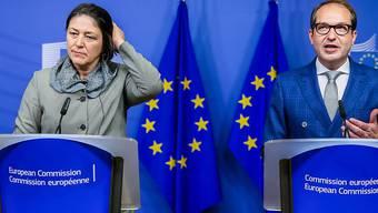 Der deutsche Transportminister Alexander Dobrindt (R) und die EU-Kommissarin, Violeta Bulc (L) präsentieren vor den Medien den Kompromiss.
