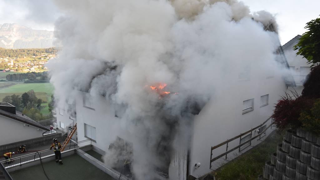 Eine tote Person nach Brand in Mehrfamilienhaus